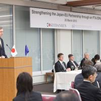 Furthering ties: Duco Delgorge (left), chairman of the European Business Council in Japan (EBC), speaks at a luncheon hosted by Keidanren and the EBC in Tokyo on March 25. | EUROPEAN BUSINESS COUNCIL IN JAPAN