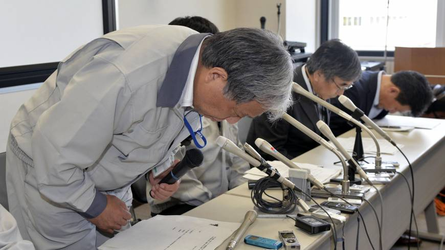 Ritual regret: Japan Atomic Energy Research Institute chief Satoru Kondo apologizes at a news conference Saturday in the village of Tokai, Ibaraki Prefecture.