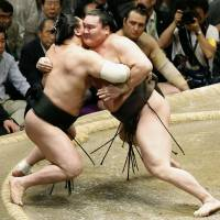 Hakuho captures title as Kisenosato loses way
