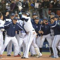 Let's go home: The BayStars celebrate after Tatsuhiko Kinjo's sayonara home run during Wednesday's 5-4 win over the Swallows. | KYODO