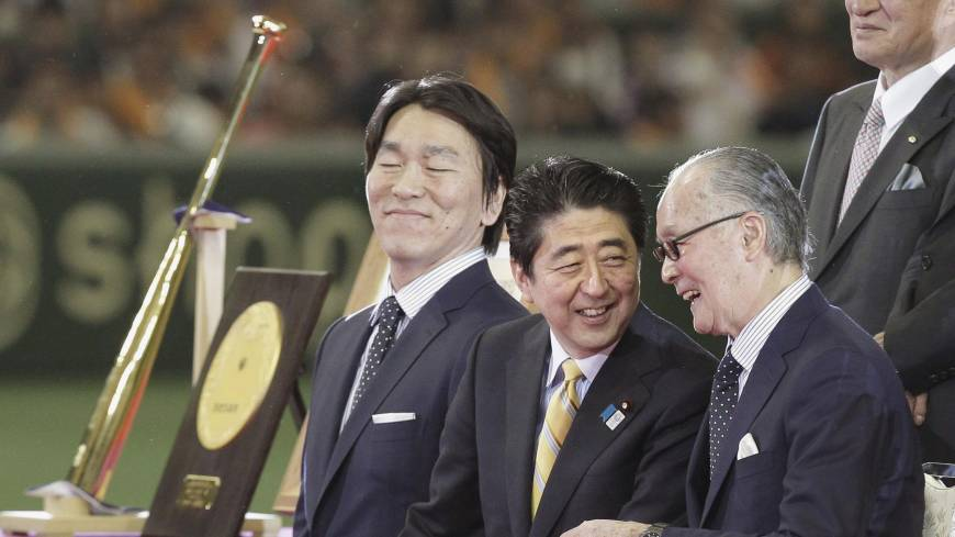 Ballpark legends: Retired star Hideki Matsui (left) and his former Yomiuri Giants manager, Shigeo Nagashima (right), are joined by Prime Minister Shinzo Abe for the People's Honor Award ceremony on Sunday at Tokyo Dome. The ceremony was held before the Giants' game against the Hiroshima Carp.