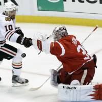 Red Wings top Blackhawks, take 2-1 series lead