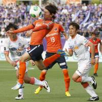 In it together: Ardija's Takumi Shimohira controls the ball during his team's 2-1 win over Sanfrecce on Monday. | KYODO