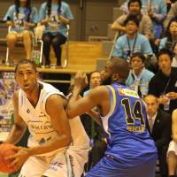 Inside presence: Hannaryz center Marcus Cousin, seen battling for position against the Lakestars' Shelton Colwell on Sunday, helped Kyoto reach the Western Conference semifinals with a two-game series sweep. | HIROKO IWASA