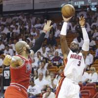 Heat blow out Bulls, even series 1-1