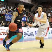 Eyes on the prize: Yokohama's Draelon Burns moves the ball at Yokohama Cultural Gymnasium on Friday night. | YOSHIAKI MIURA