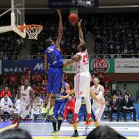 Eraser: Shimane's Jeral Davis (4) the league's top shot blocker the past three seasons, will be counted on to slow down the Rizing Fukuoka's high-powered offense this weekend. | SHOGO OKAMOTO