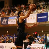 To the hole: Rizing Fukuoka guard Jun Nakanishi goes up for a layup against the Shimane Susanoo Magic in Sunday's Western Conference semifinal series finale. Fukuoka defeated Shimane 73-68. | HIROAKI SHUTO
