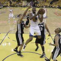 Curry plays through pain to help Warriors even series