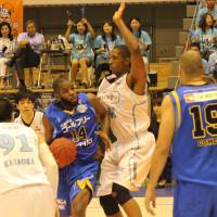 Focus on fundamentals: Kyoto Hannaryz center Marcus Cousin (41), seen defending Shelton Colwell of the Shiga Lakestars during the opening round of the playoffs, says coach Honoo Hamaguchi challenged him to be patient when he's on the floor. | HIROKO IWASA
