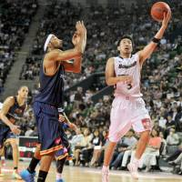Captain courageous: Yokohama's Masayuki Kabaya goes to the basket during Sunday's championship game against the Rizing Fukuoka. | YOSHIAKI MIURA