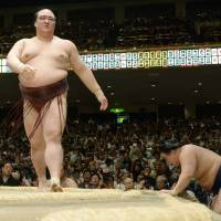 Hakuho flattens Aran to kick off second week
