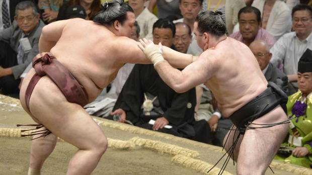 Hakuho, Kisenosato win to keep title within reach