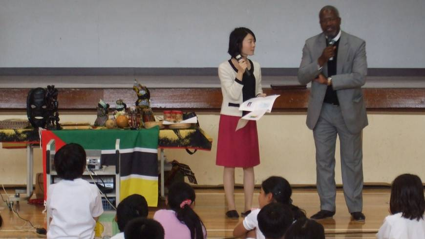 Mozambican Ambassador Belmiro Jose Malate visits the elementary school  and introduces the life and culture of his country to the students on Nov. 8.