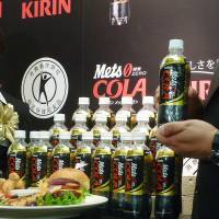 Balanced meals: Consumer groups have complained to the Consumer Affairs Agency that advertising for Kirin Mets Cola, which carries the Tokuho designation, suggests that the ill effects of junk food would be counteracted by the soft drink. | KYODO