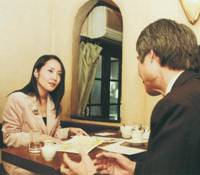 Home beat: As a specialist on U.S. political and social issues, Mika Tsutsumi is often interviewed about those topics by Japanese media. Here, however, she is interviewing a source of her own in Tokyo in 2004. | MIKA TSUTSUMI PHOTO
