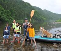 Close to nature: Canoeist and writer Tomosuke Noda during last year's Kawa asobi kyoshitsu (Class for playing on a river) on the Kuji River in Daigomachi, Ibaraki Prefecture. | MASAKAZU WATANABE PHOTO