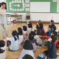 Ethnic education: Pak Kang Su teaches Korean greetings during a third-year class at Wakamatsu Chuo Elementary School in Kitakyushu on April 18. | KYODO