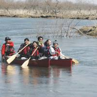 Paddling tourism: Thai journalists and others canoe around the Kushiro Marsh in Hokkaido on April 23. | KYODO