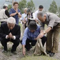 Japanese make trip to N.K. burial site