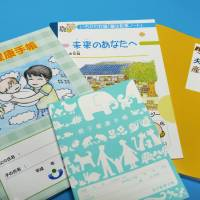 Daddy booklets: Some new pregnancy and child-rearing handbooks are designed not just with mothers in mind — but with fathers as their main targets. | KYODO