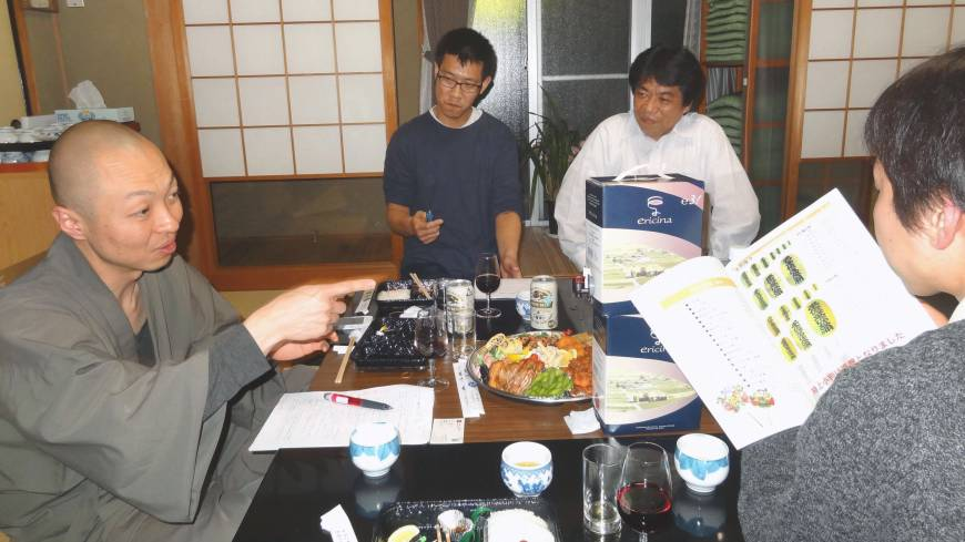 Taimei Ohara (left), deputy chief priest at Saikoji, and members of his group discuss ways to revive the lackluster local Torinoichi festival at his temple in Toyohashi, Aichi Prefecture, the same month.