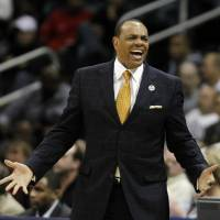 Grizzlies can Hollins despite record season