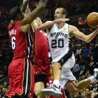 Spurs crush Heat in Game 3