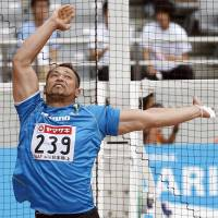 London Olympic bronze medalist Koji Murofushi on his way to winning his 19th consecutive title in the men's hammer throw at the national athletics championships on Sunday. | KYODO