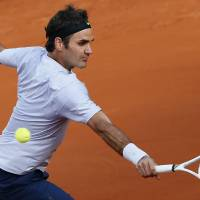 Federer regains composure to oust Simon from French Open
