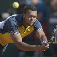 Tsonga knocks out Federer