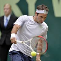 Federer beats Youzhny to end 2013 drought
