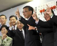 Prime digits: Liberal Democratic Party bigwigs point their forefingers to the sky on July 11. | YOSHIAKI MIURA PHOTO