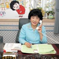 On the bridge: At 75, Motoko Inagawa is still at the helm of her foreign-talent agency, Inagawa Motoko Office — even during her JT interview, as pictured here. | YOSHIAKI MIURA PHOTO