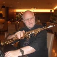 Hitting high notes: Michael Di Stasio sits in a cafe in Tokyo's Omotesando with his soprano saxophone. | ULARA NAKAGAWA PHOTO