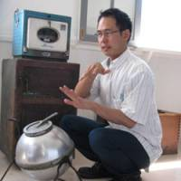 Kensuke Fujimura with a non-electric washing machine in his father's collection. | YASUYUKI FUJIMURA PHOTO