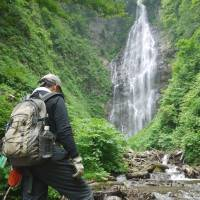 Tour guide: Takashi Yoshikawa at the Waterfall of the Black Bears. | TOMOKO OTAKE PHOTOS
