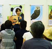 Creature feature: Author Mariko Shinju reads to a crowd at Ueno Zoo. | UENO ZOO PHOTO