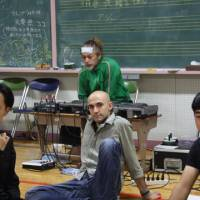 Ready for action: Norimizu Ameya (in green top) at a rehearsal of '4.48 Psychosis.' | NOBUKO TANAKA PHOTOS