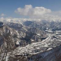 This be Snow Country: Yuzawa, in Niigata Prefecture, as seen from the ski slopes. | PERRIN LINDELAUF