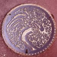 Hokusai's 'Great Wave off Kanagawa' adorns a manhole cover.