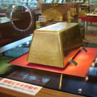 Big bullion: This 250-kg gold bar, the world's largest, is the star exhibit in Toi Kinzan's museum. | MANDY BARTOK