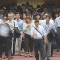 Salarymen's allowance falls to 1982 level