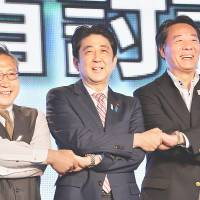 Big divided family: Prime Minister Shinzo Abe is flanked by Democratic Party of Japan President Banri Kaieda (right) and Your Party leader Yoshimi Watanabe after their June 28 Tokyo 'debate.' | AFP-JIJI