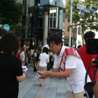 'Digital democracy': Jun Ogura, a Nippon Ishin no Kai candidate in the Upper House election, campaigns in Tokyo's Ginza district while live streaming Saturday. | AYAKO MIE