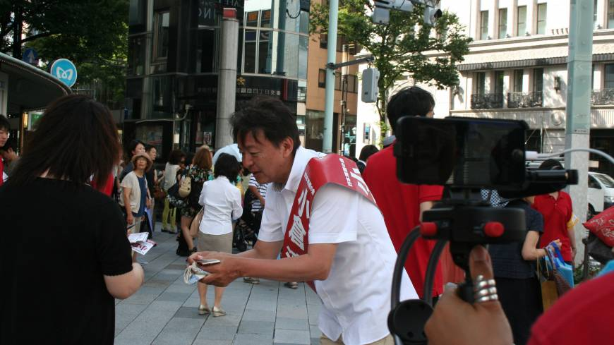 'Digital democracy': Jun Ogura, a Nippon Ishin no Kai candidate in the Upper House election, campaigns in Tokyo's Ginza district while live streaming Saturday.