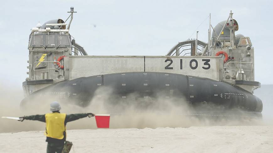 Dry run: A Maritime Self-Defense Force hovercraft lands on a California beach during a joint drill between the Self-Defense Forces and the U.S. Marines on June 24.