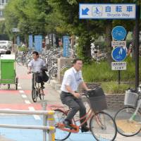 Rush hour: People commute to work on a designated bicycle lane in Nagoya. | CHUNICHI SHIMBUN