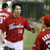 Pounding the hosts: Kenta Meada (18) and his Hiroshima Carp teammates rapped out 13 hits in an 11-2 win over the Yomiuri Giants on Thursday at Tokyo Dome. | KYODO