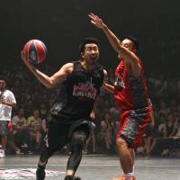 Just you and me: The Red Bull King of the Rock tournament attracted players from many walks of life, such as Yokohama B-Corsairs guard Masayuki Kabaya (left), who reached the semifinal round. | KAZ NAGATSUKA